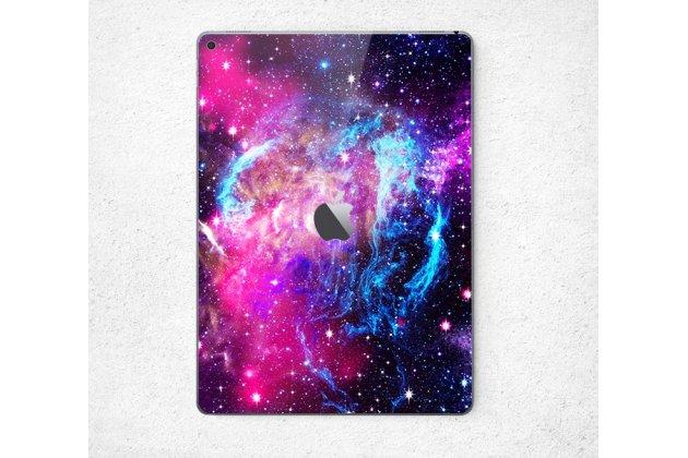 Фирменная необычная защитная пленка-наклейка на твёрдой основе, которая не увеличивает планшет  в размерах для iPad Pro 12.9 тематика Космос